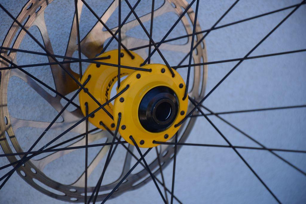 alternanza dei raggi delle ruote delle mountain bike