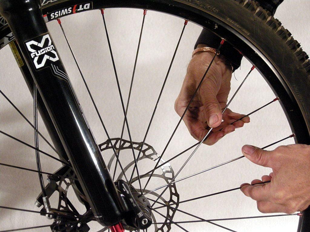 verifica della tensione dei raggi delle ruote delle mountain bike